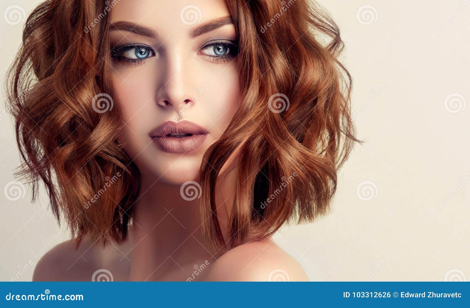 Femme d une chevelure brune attirante avec la coiffure moderne, à la mode et élégante