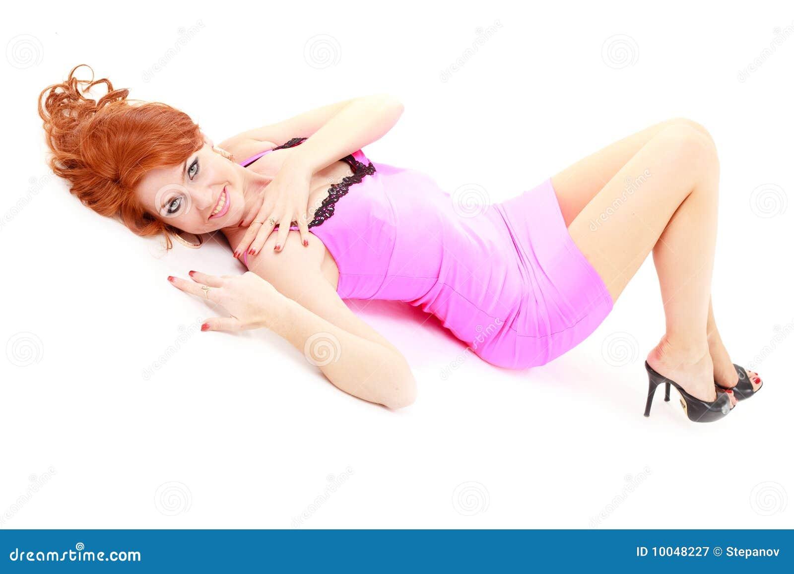 Femme d une chevelure rouge dans peu de robe rose