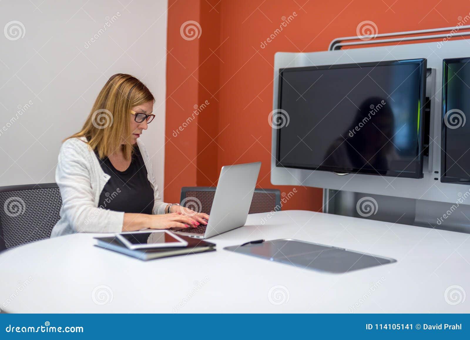 Femme dactylographiant sur l ordinateur portable dans le bureau