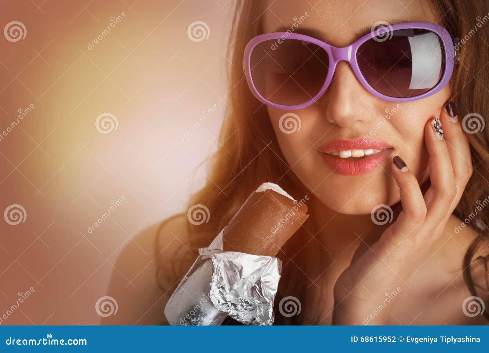 Femme dans des lunettes de soleil avec la crème glacée