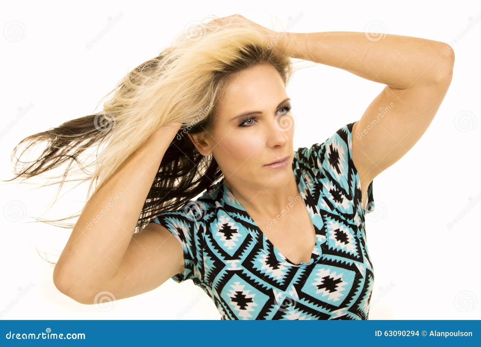 Download Femme Dans Des Mains Noires Et Bleues De Fin De Chemise Dans Le Côté De Regard De Cheveux Photo stock - Image du circuler, beauté: 63090294