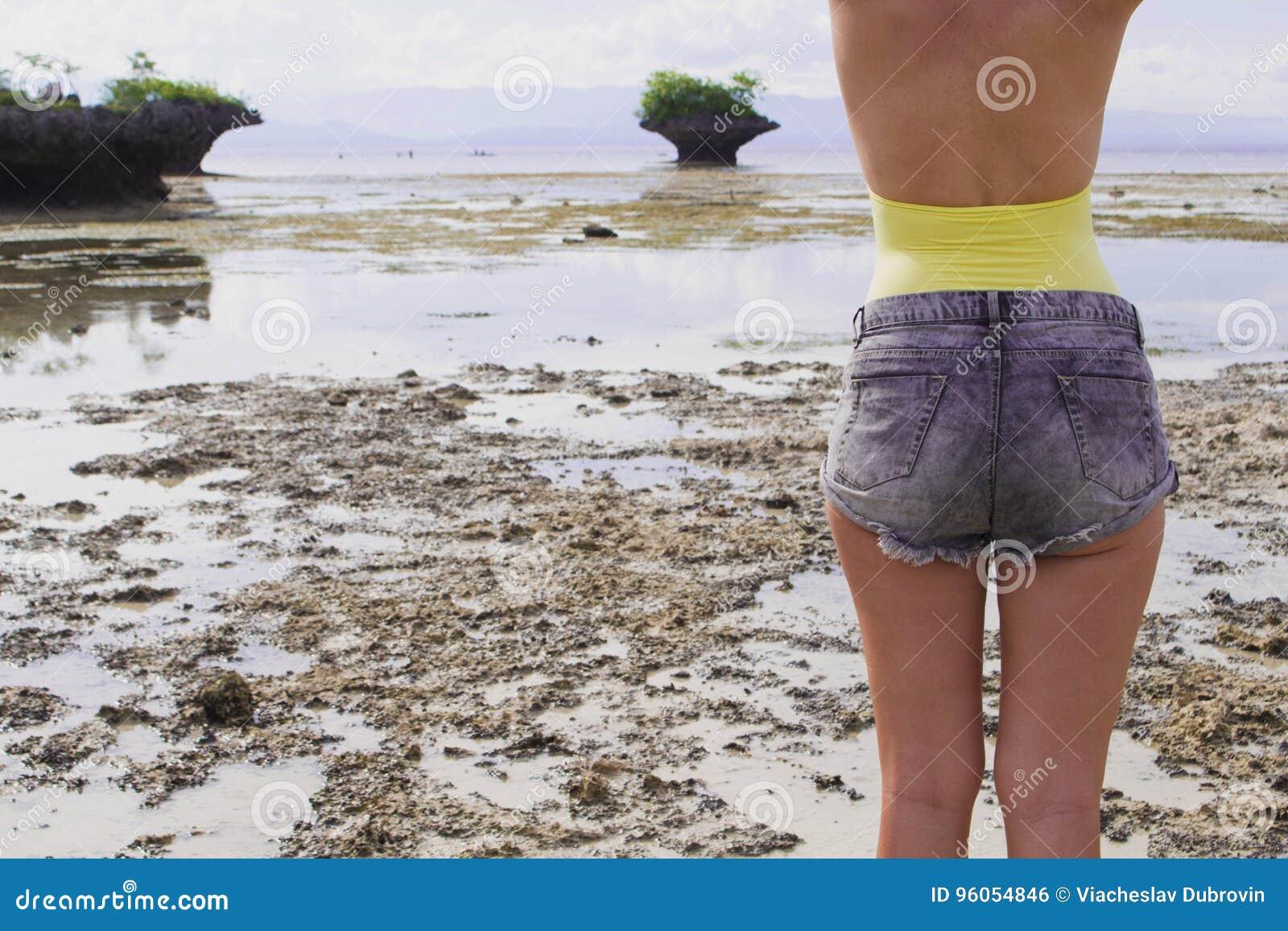 Femme dans des shorts de boho et maillot de bain sur la plage Photo modifiée la tonalité à la mode de voyage d été