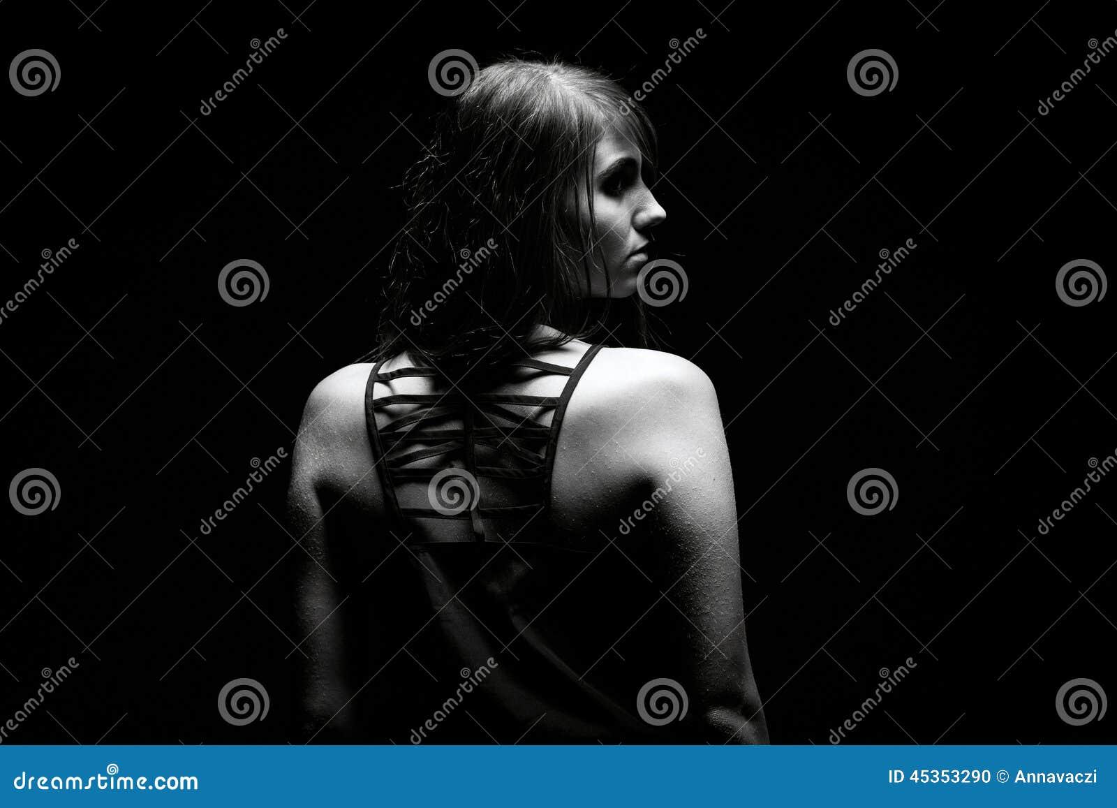 Femme dans l obscurité