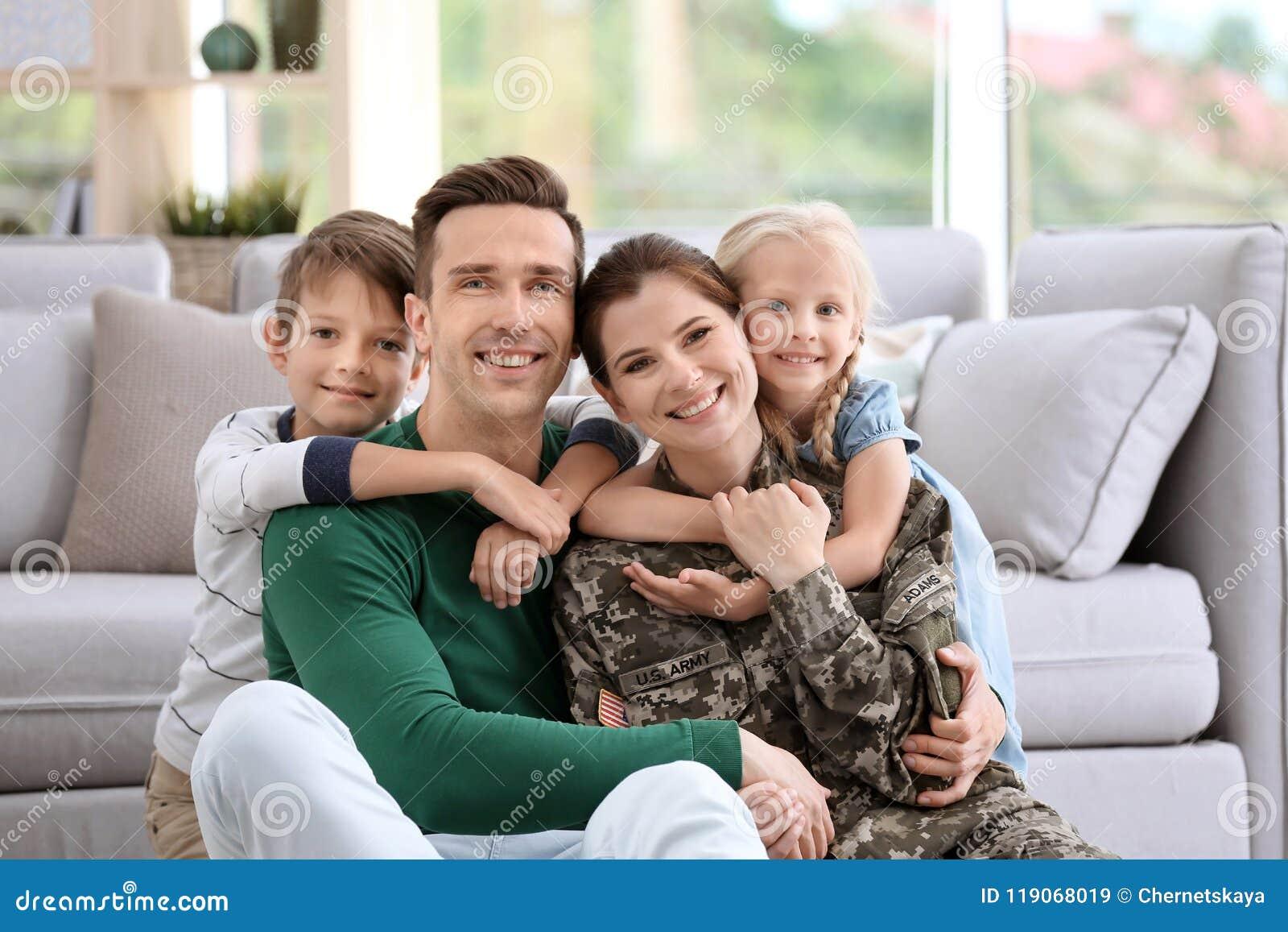 Femme dans l uniforme militaire avec sa famille