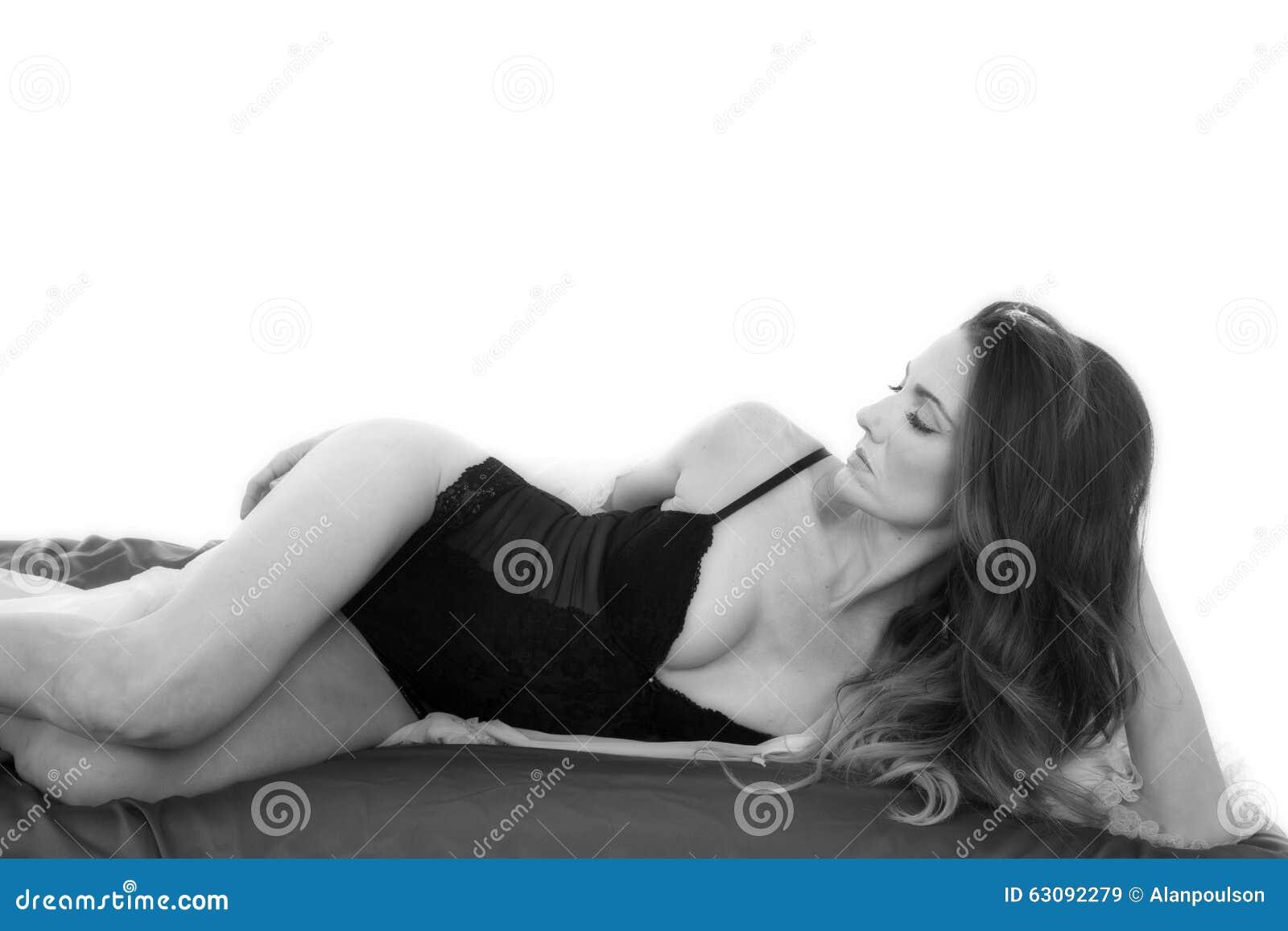 Download Femme Dans La Chemise De Nuit étendue Du Côté De Feuille Image stock - Image du noir, apparence: 63092279