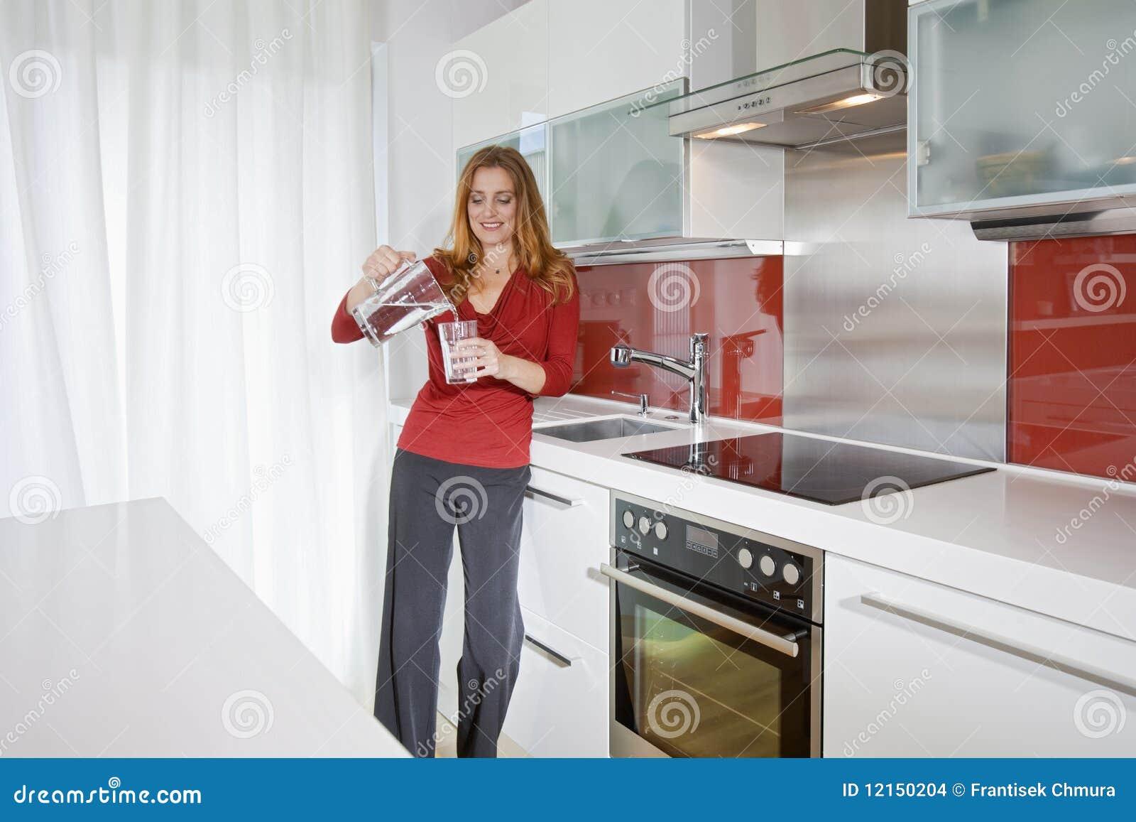 Femme dans la cuisine moderne photo stock image du pi ce - Video amour dans la cuisine ...