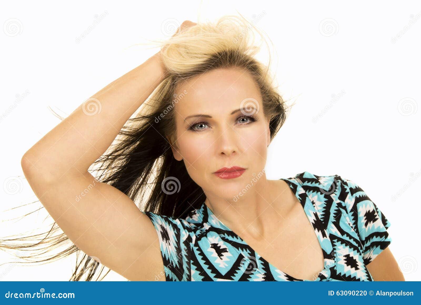 Download Femme Dans La Main Noire Et Bleue De Fin De Chemise Dans Le Regard De Cheveux Photo stock - Image du blond, beau: 63090220