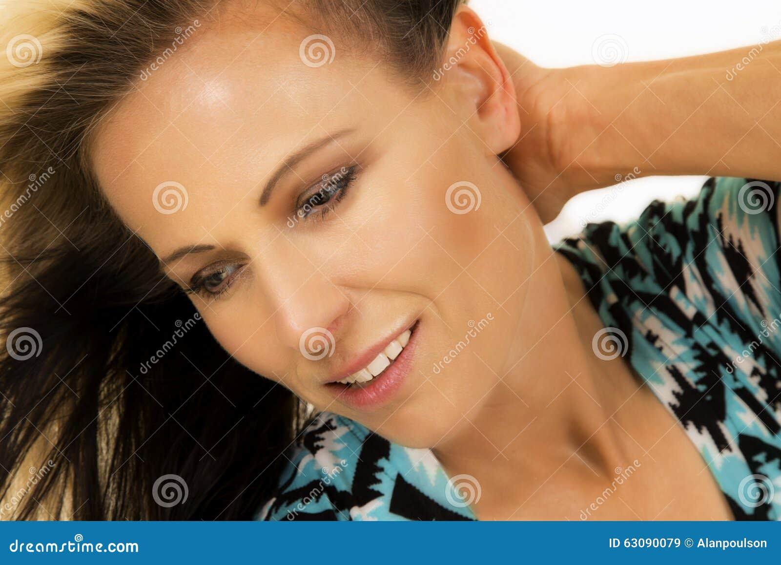 Download Femme Dans La Main Noire Et Bleue De Fin De Chemise Derrière Le Regard Principal Vers Le Bas Image stock - Image du beauté, confiant: 63090079