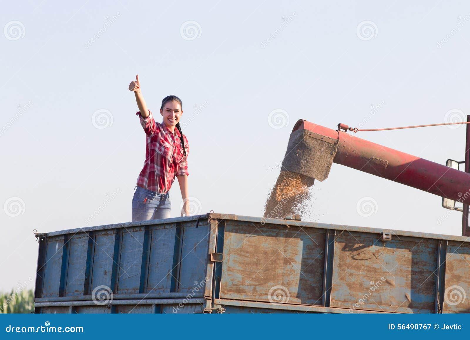 Femme dans la remorque pendant la récolte