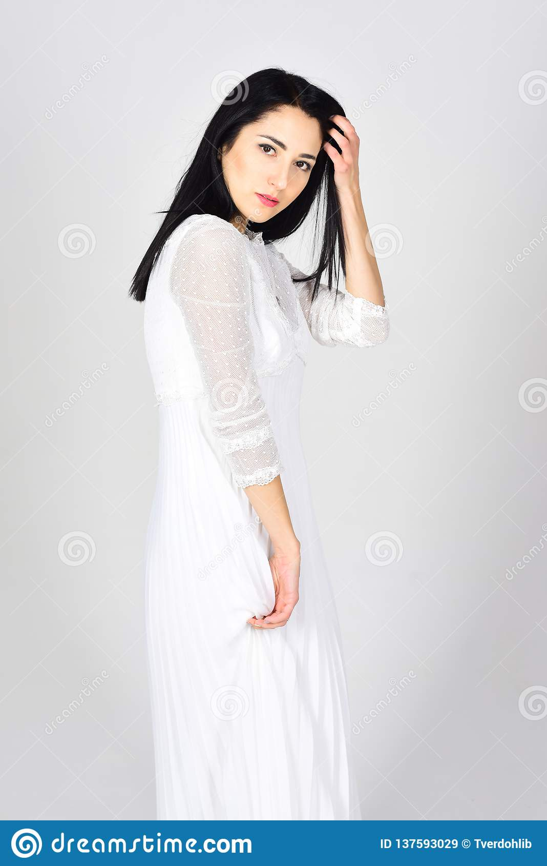Robes de mariГ©e et coiffure dans un salon