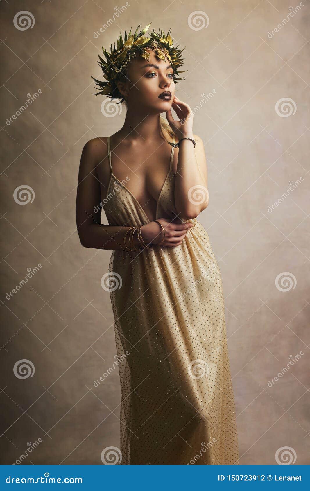 Femme dans la robe grecque de goddes de la Grèce