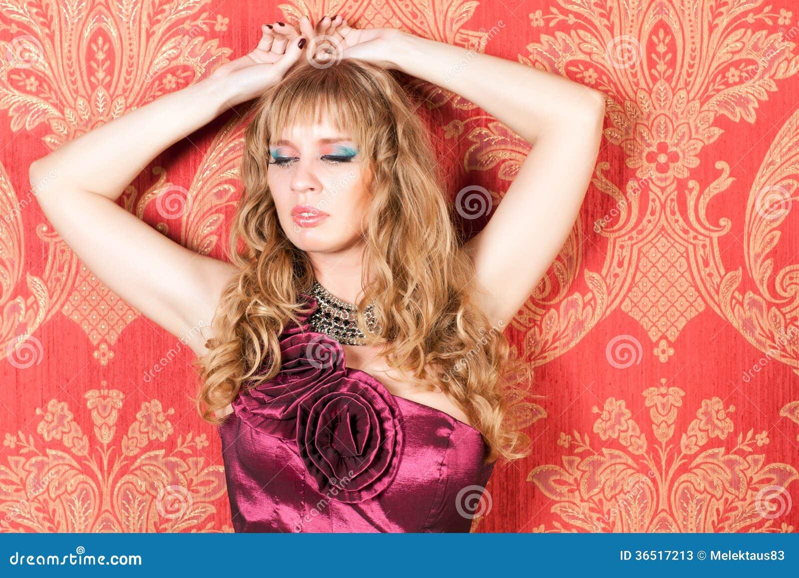 Femme dans la robe près du mur