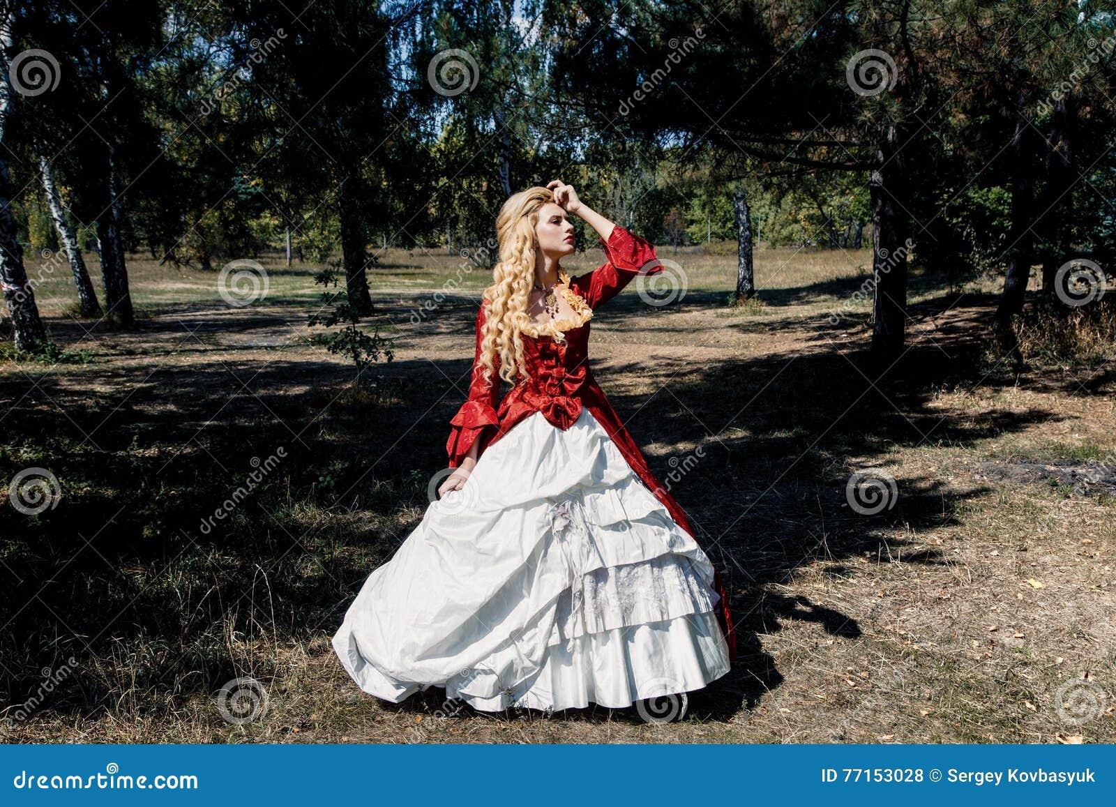 Femme dans la robe rouge antique