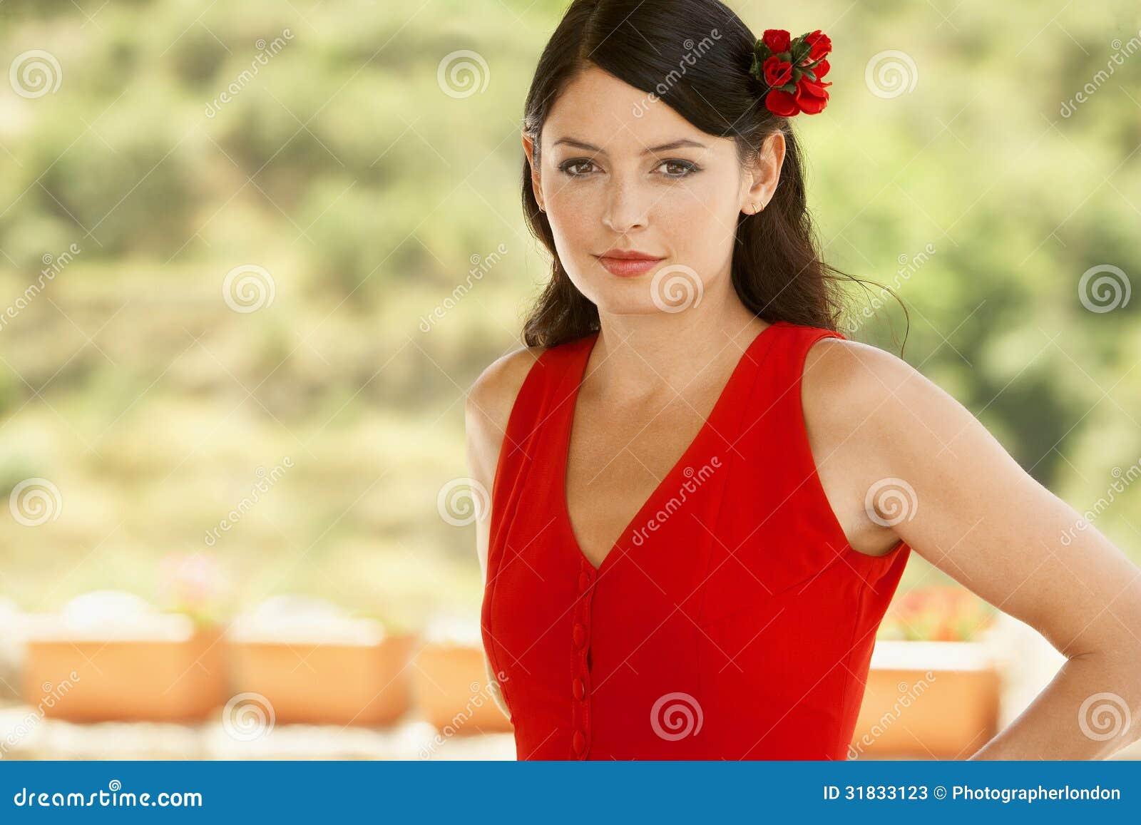 femme dans la robe rouge avec la fleur dans les cheveux image stock image du hispanique. Black Bedroom Furniture Sets. Home Design Ideas