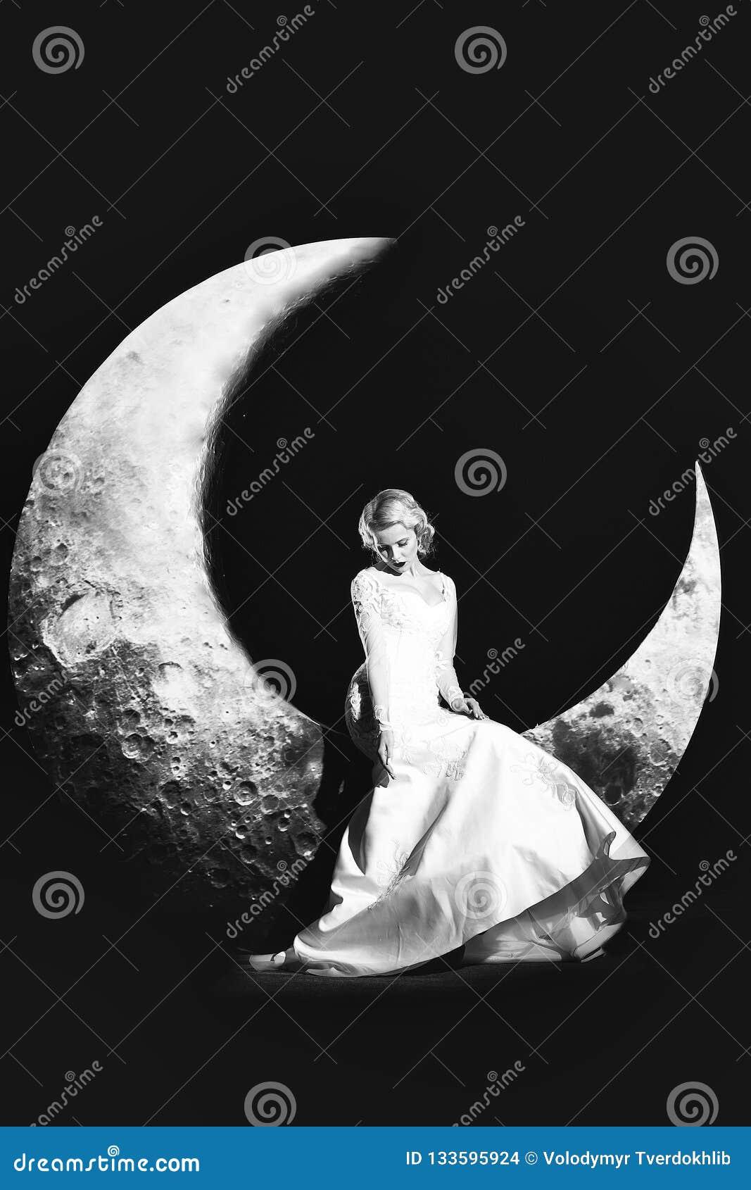 Femme dans la robe sur la lune