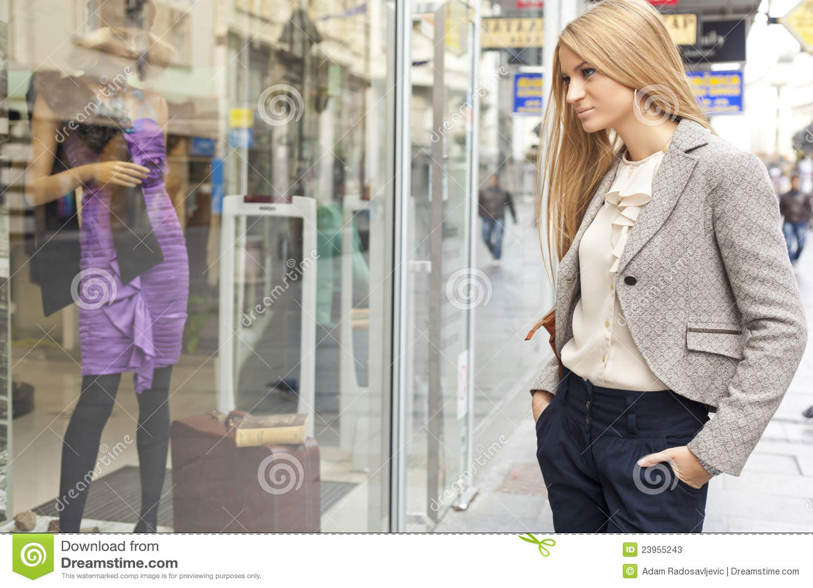 Femme dans la rue shoping regardant l hublot