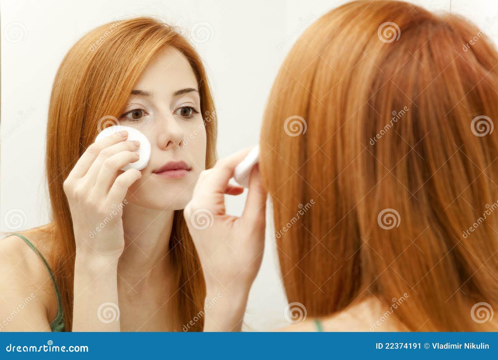 Femme dans la salle de bains image stock image 22374191 for Comfemme nue dans la salle de bain