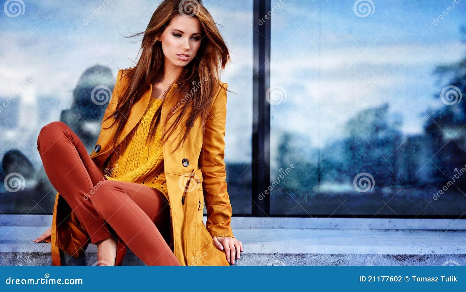 Femme dans la ville d automne