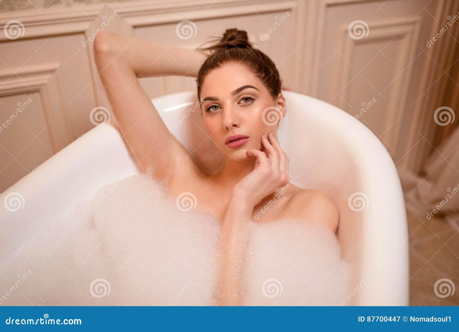 Femme dans le bain avec la vue supérieure de savon
