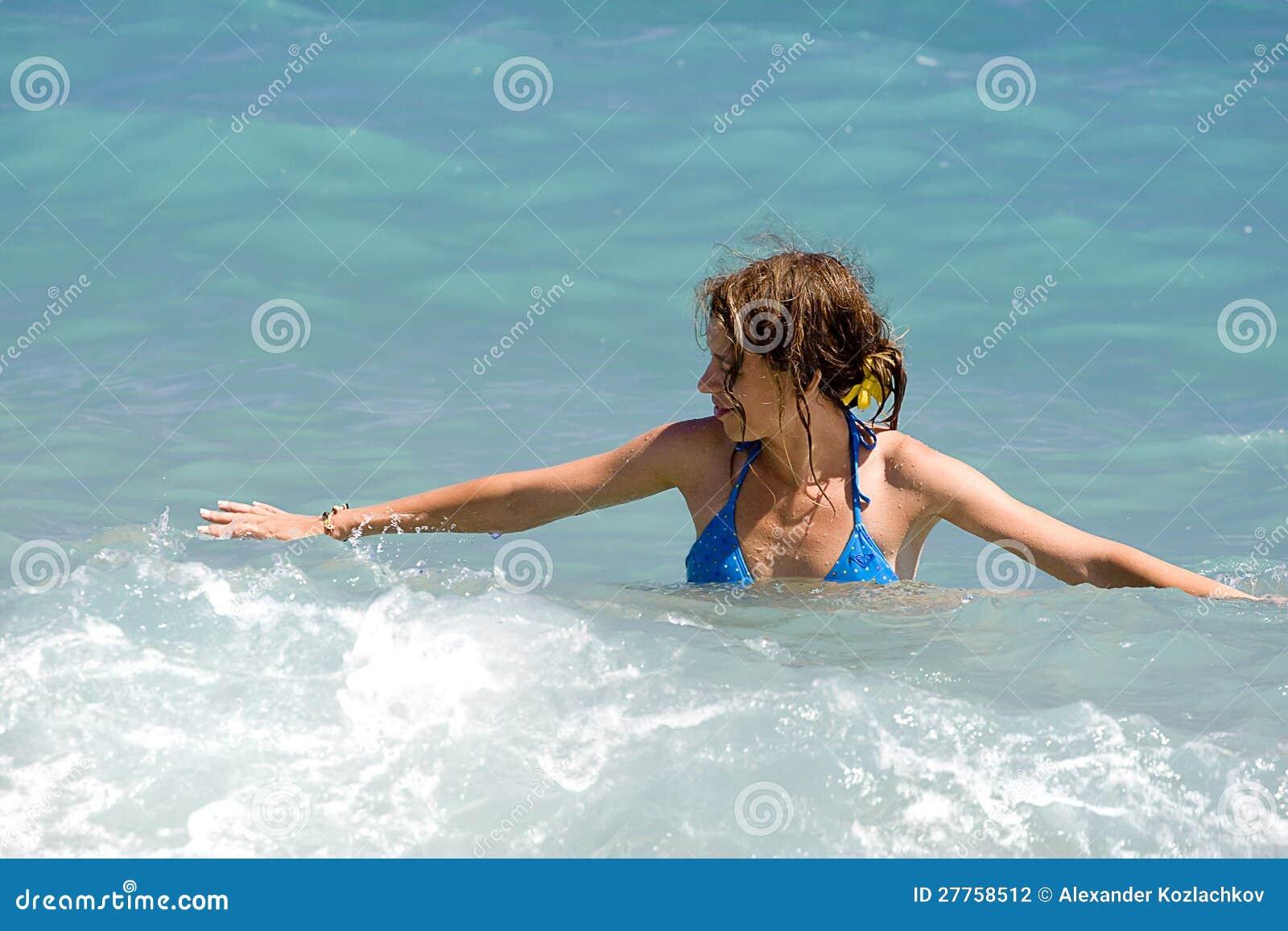 Femme dans le bikini bleu