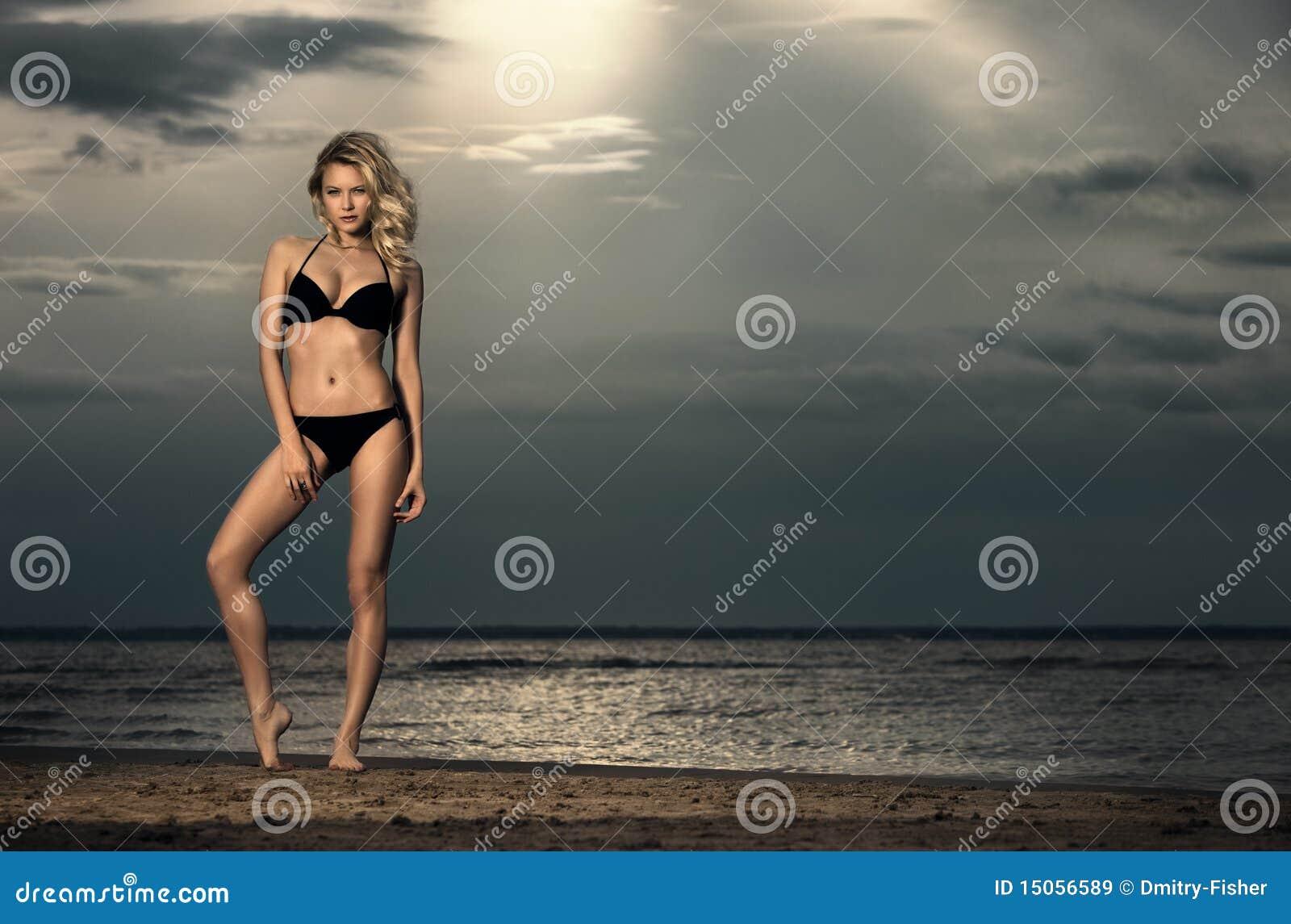 Femme dans le bikini sur la plage