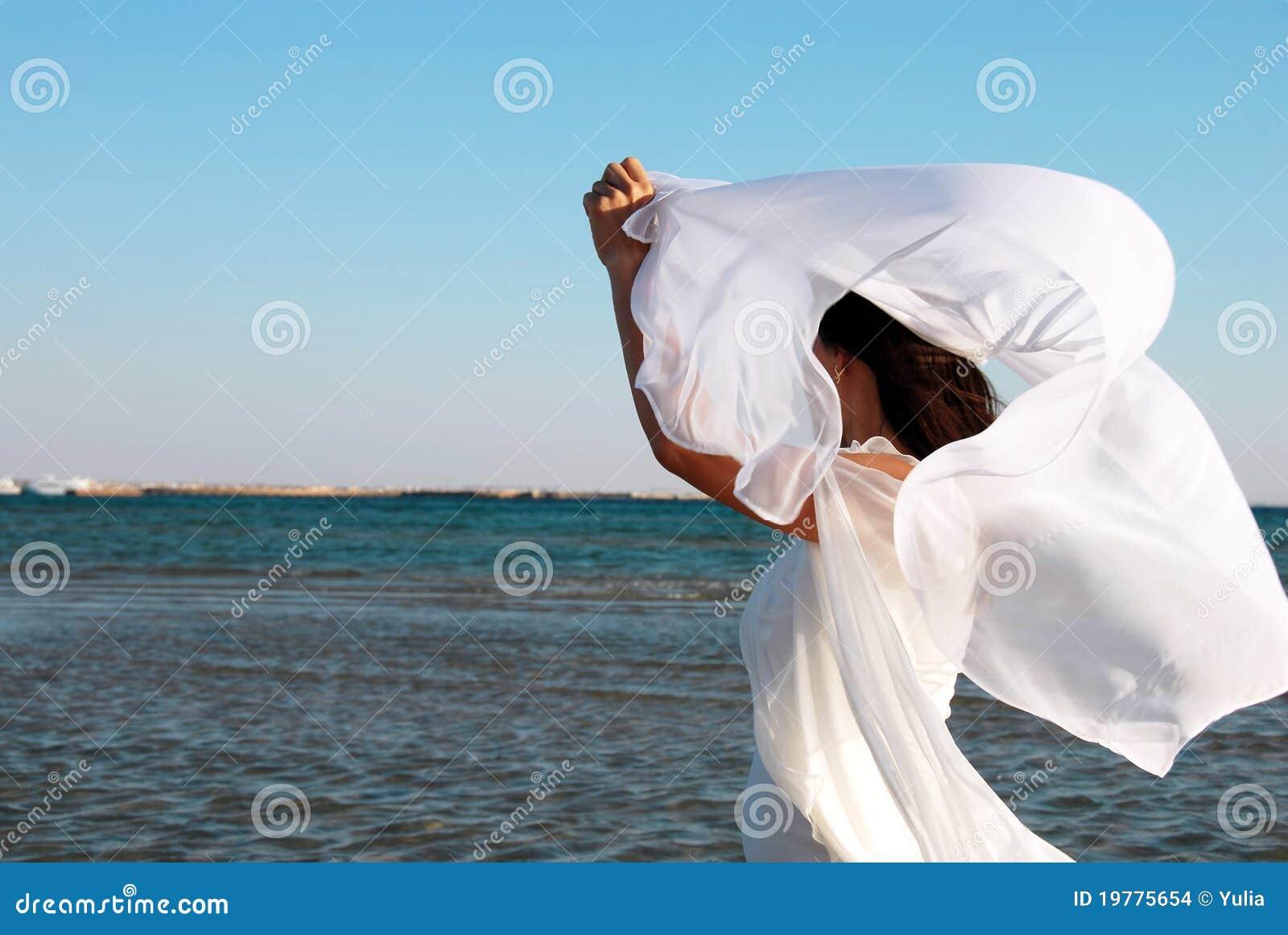 femme dans le blanc au bord de la mer photo stock image 19775654. Black Bedroom Furniture Sets. Home Design Ideas