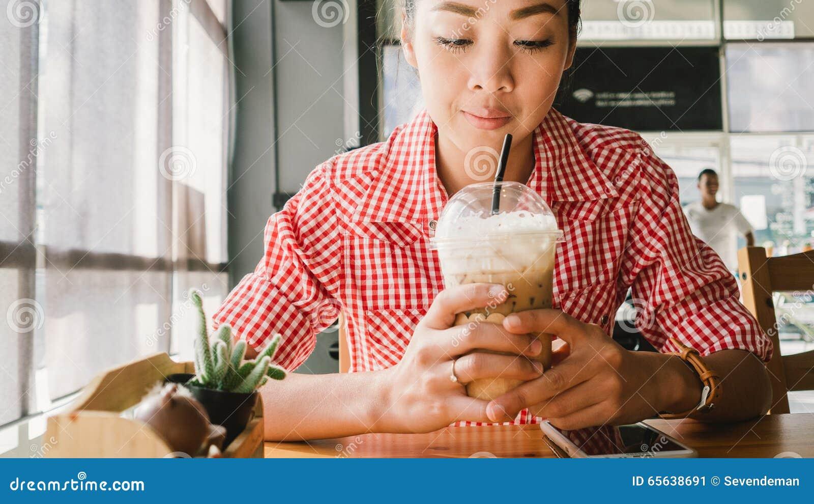 Femme dans le café-restaurant
