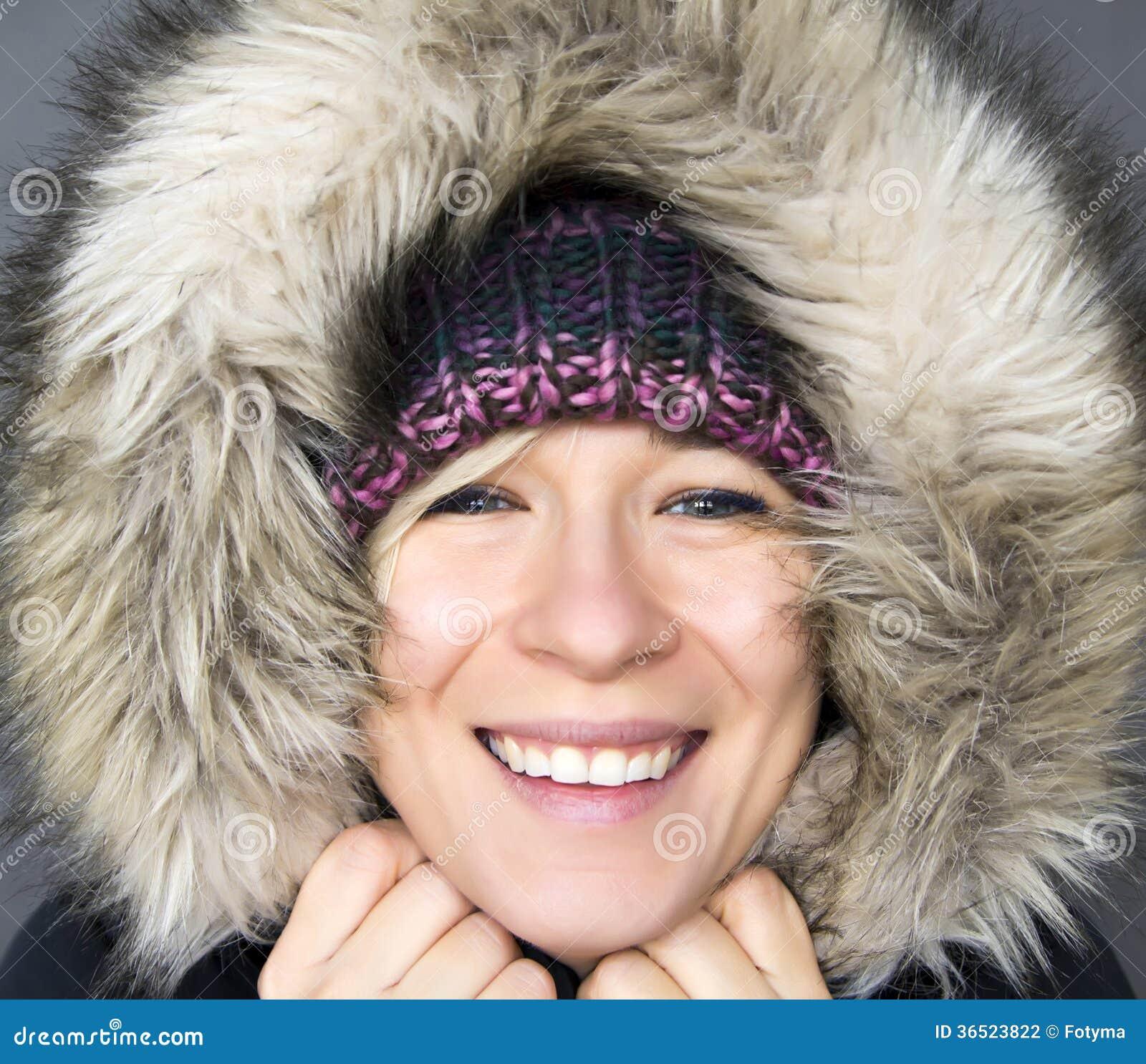 Femme dans le capot d hiver
