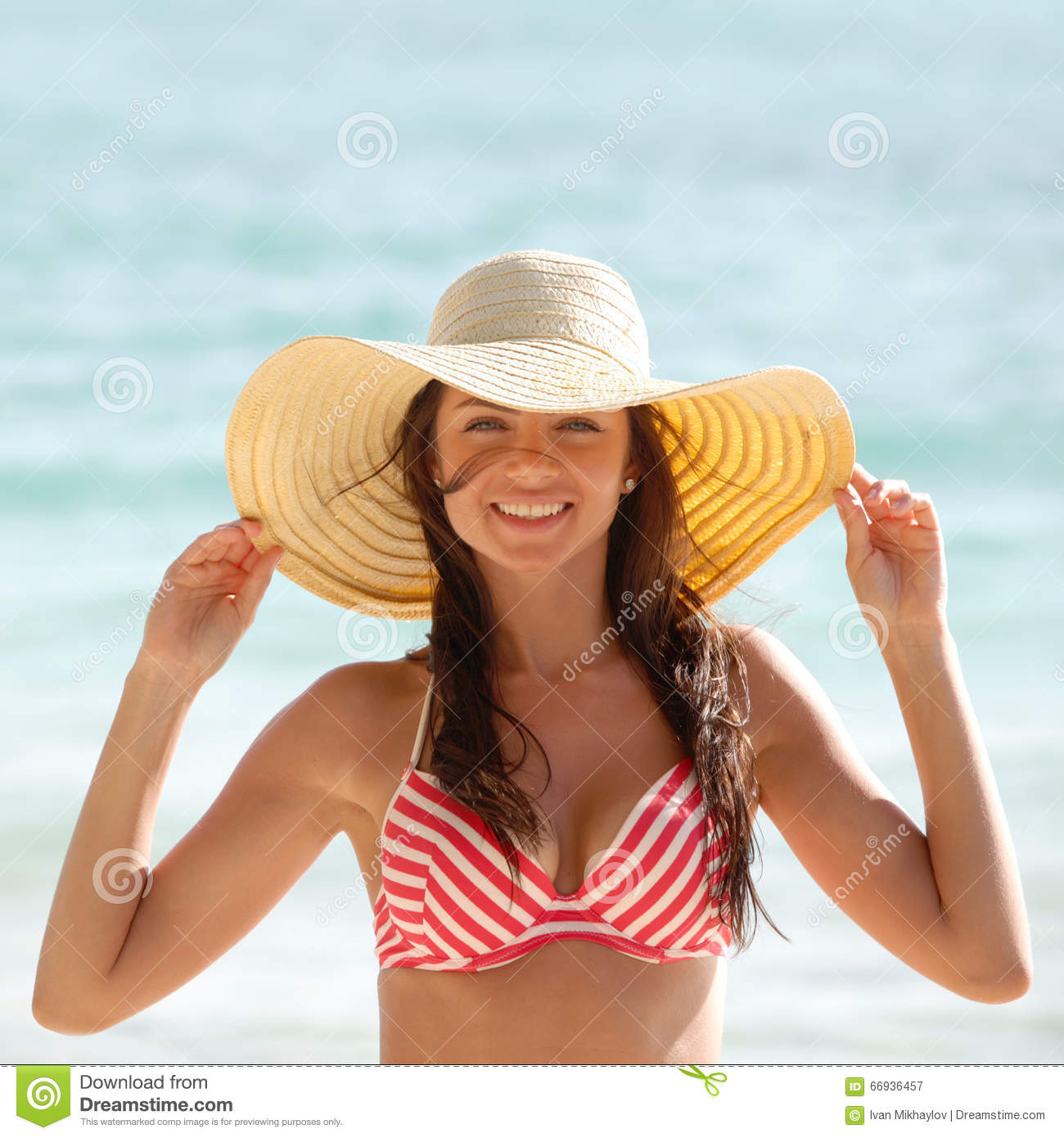 femme dans le chapeau de soleil sur la plage image stock image du mignon tropical 66936457. Black Bedroom Furniture Sets. Home Design Ideas