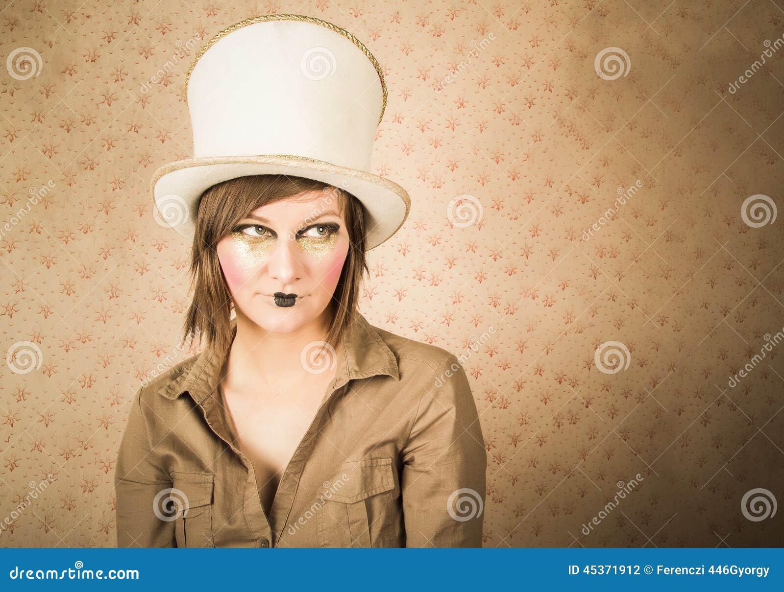 Femme dans le chapeau supérieur blanc et un maquillage créatif