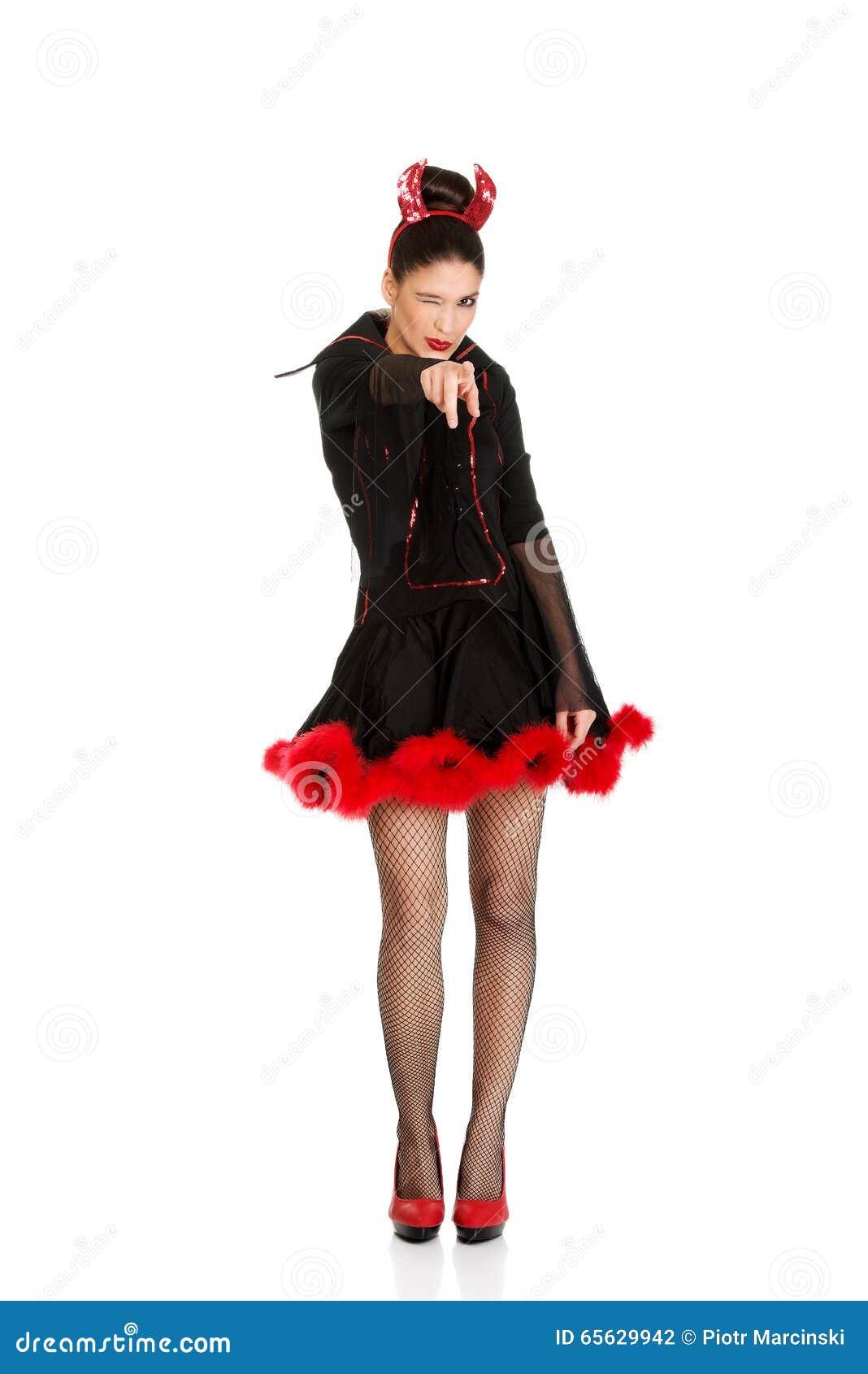 Femme dans le costume de carnaval de diable se dirigeant sur vous