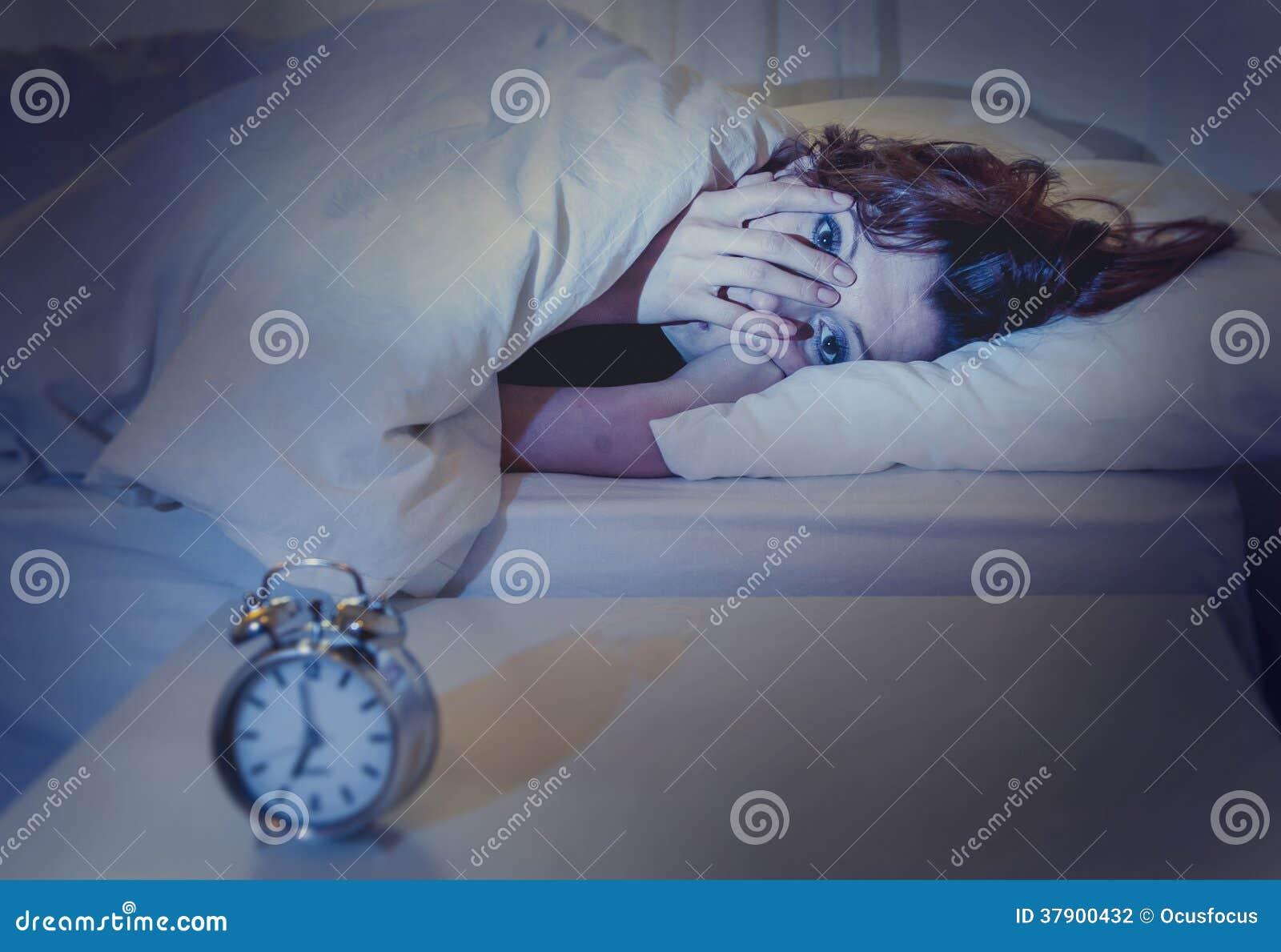 Femme dans le lit avec l insomnie qui ne peut pas dormir le fond blanc