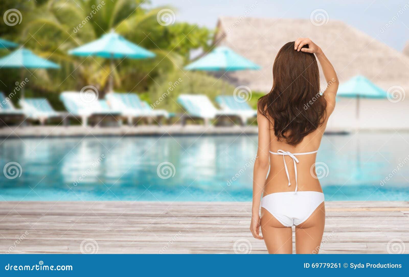 d6c2269a31 Concept de personnes, de vacances d'été, de voyage, de tourisme et de  vacances - femme dans le maillot de bain de bikini du dos au-dessus de la  plage ...