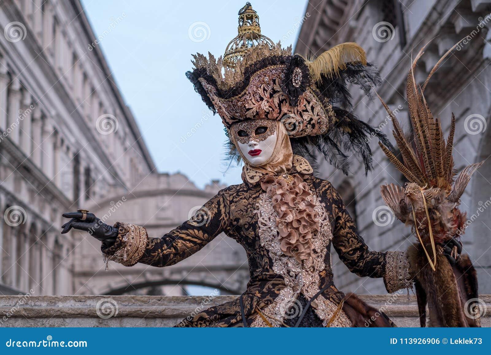 b5d88bcd2c812 Femme Dans Le Masque, Habillé Dans Le Noir Et Le Costume D'or, Cage ...