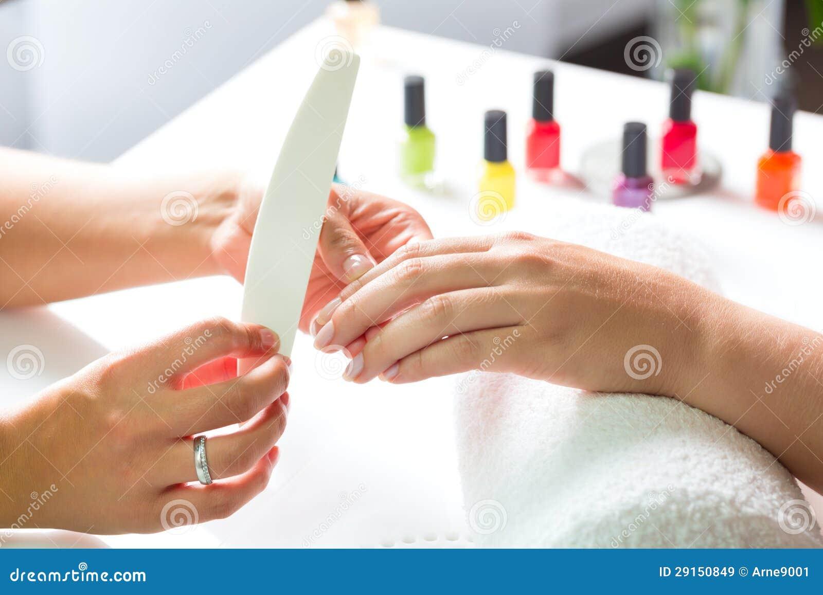 Femme dans le salon d 39 ongle recevant la manucure images for Salon de manucure