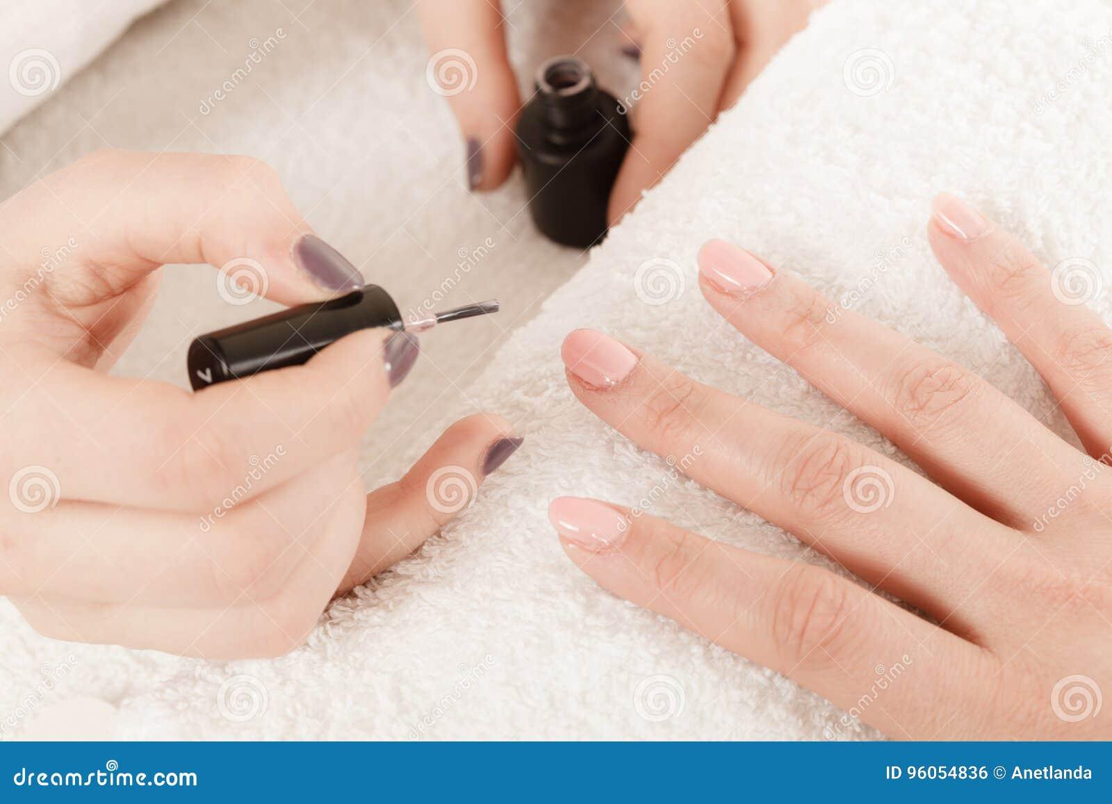 Femme dans le salon de beauté obtenant la manucure faite