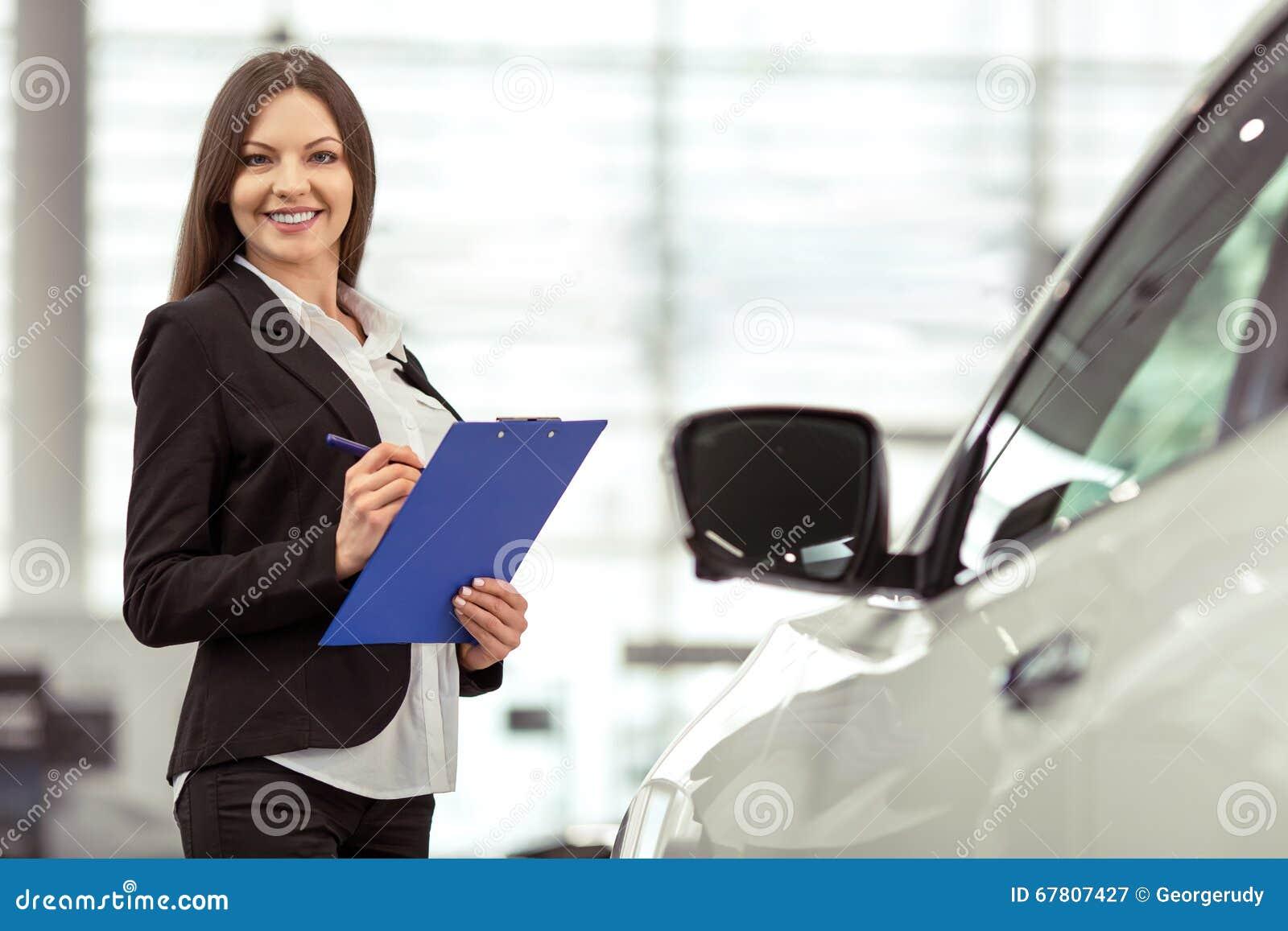 Femme dans le Salon de l Automobile