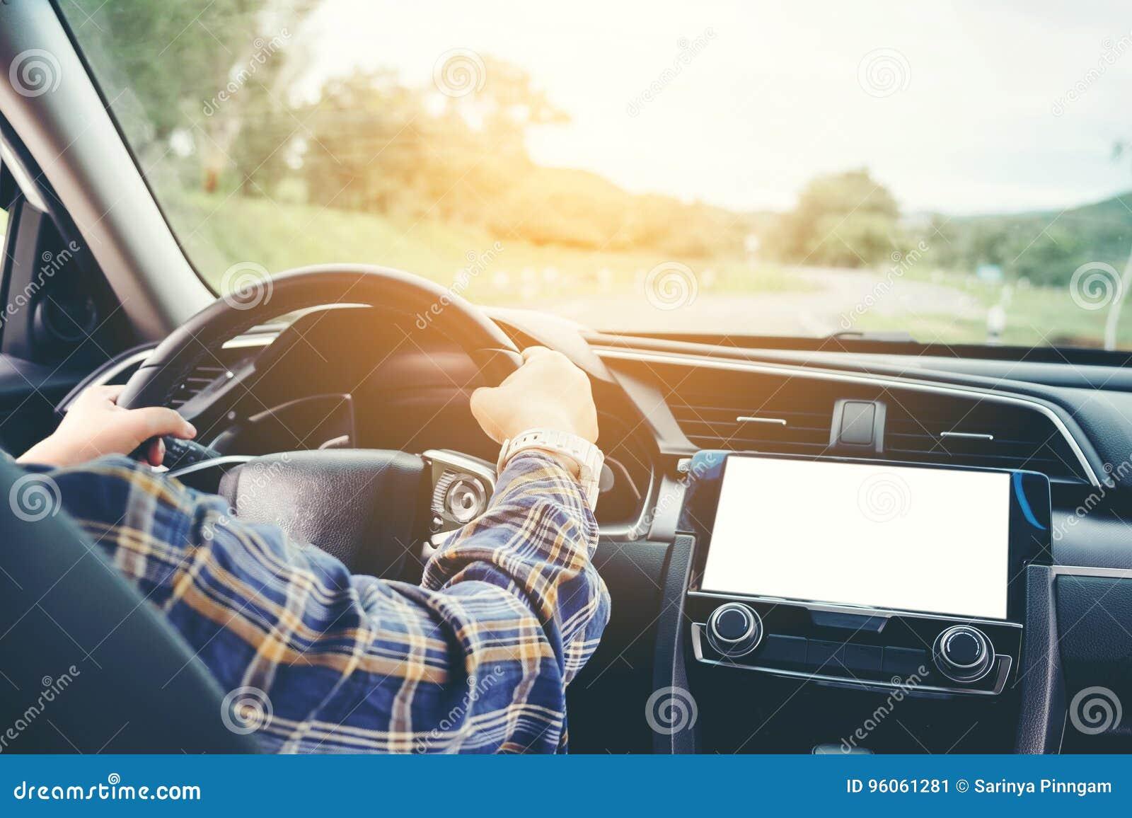 Femme dans le trajet en voiture