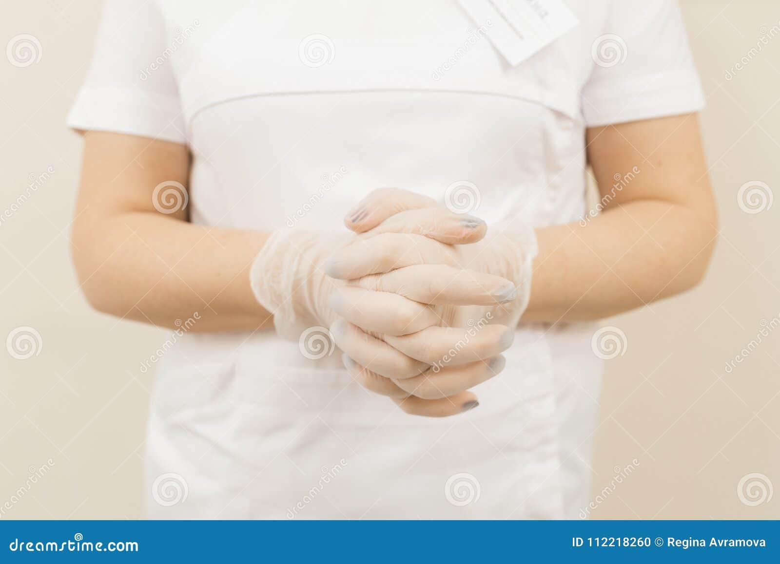 Femme dans les gants stériles