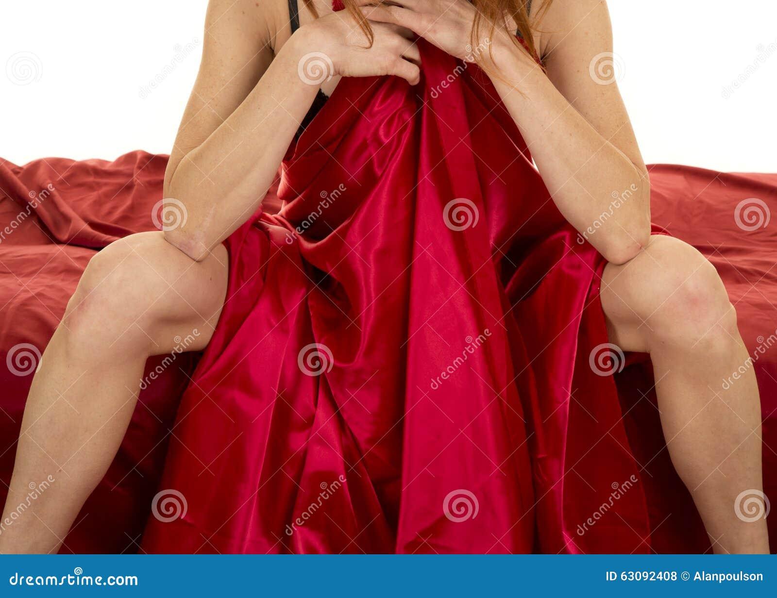 Download Femme Dans Les Jambes Et Des Bras Rouges De Feuille Photo stock - Image du sain, fuselage: 63092408