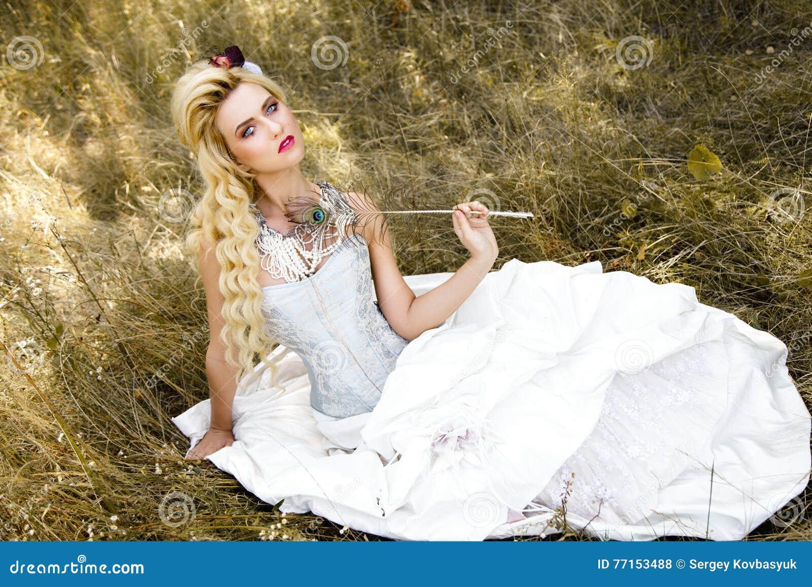 Femme dans les sous-vêtements antiques de robe