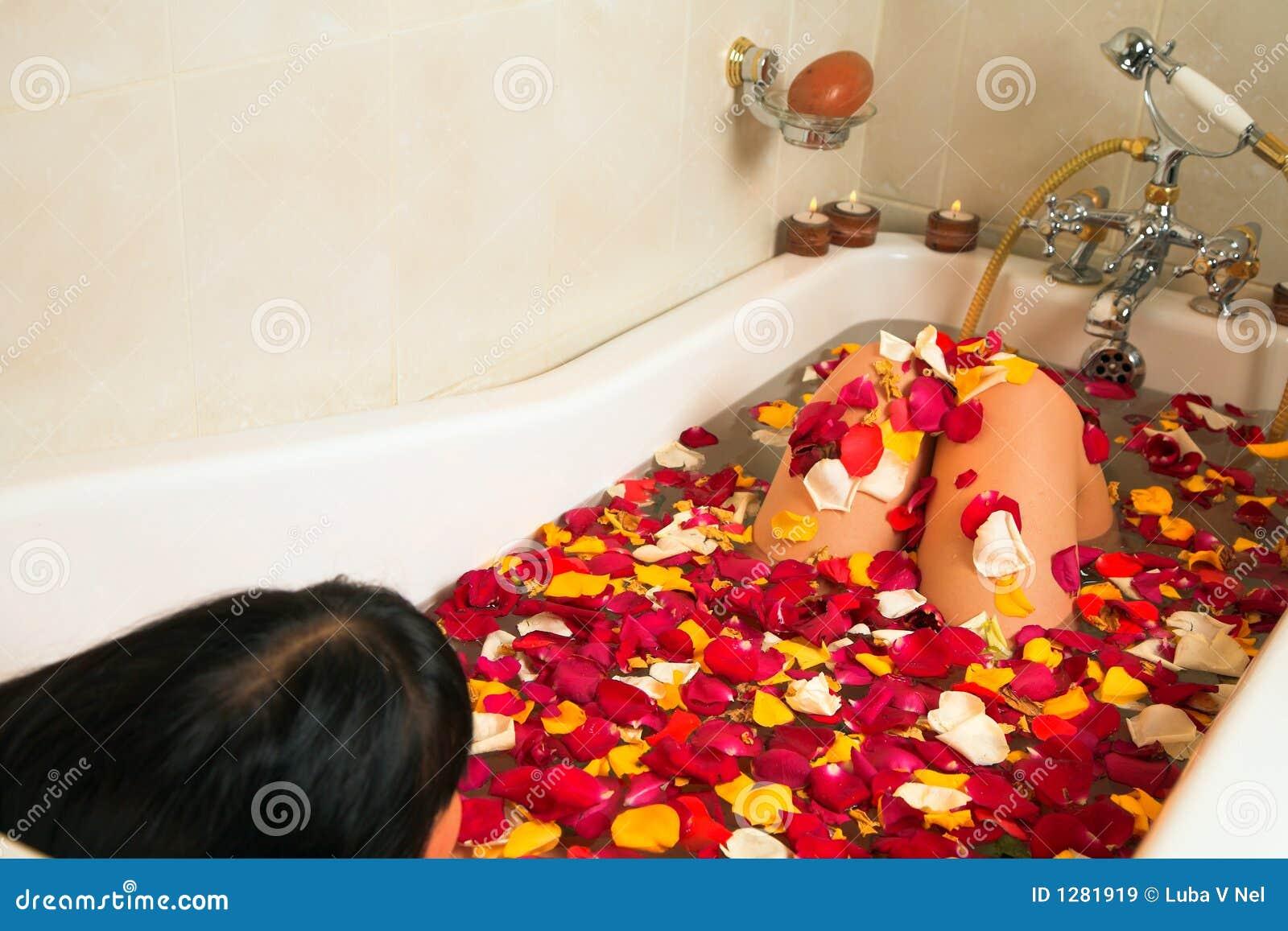femme dans un bain de p tale de rose image stock image. Black Bedroom Furniture Sets. Home Design Ideas