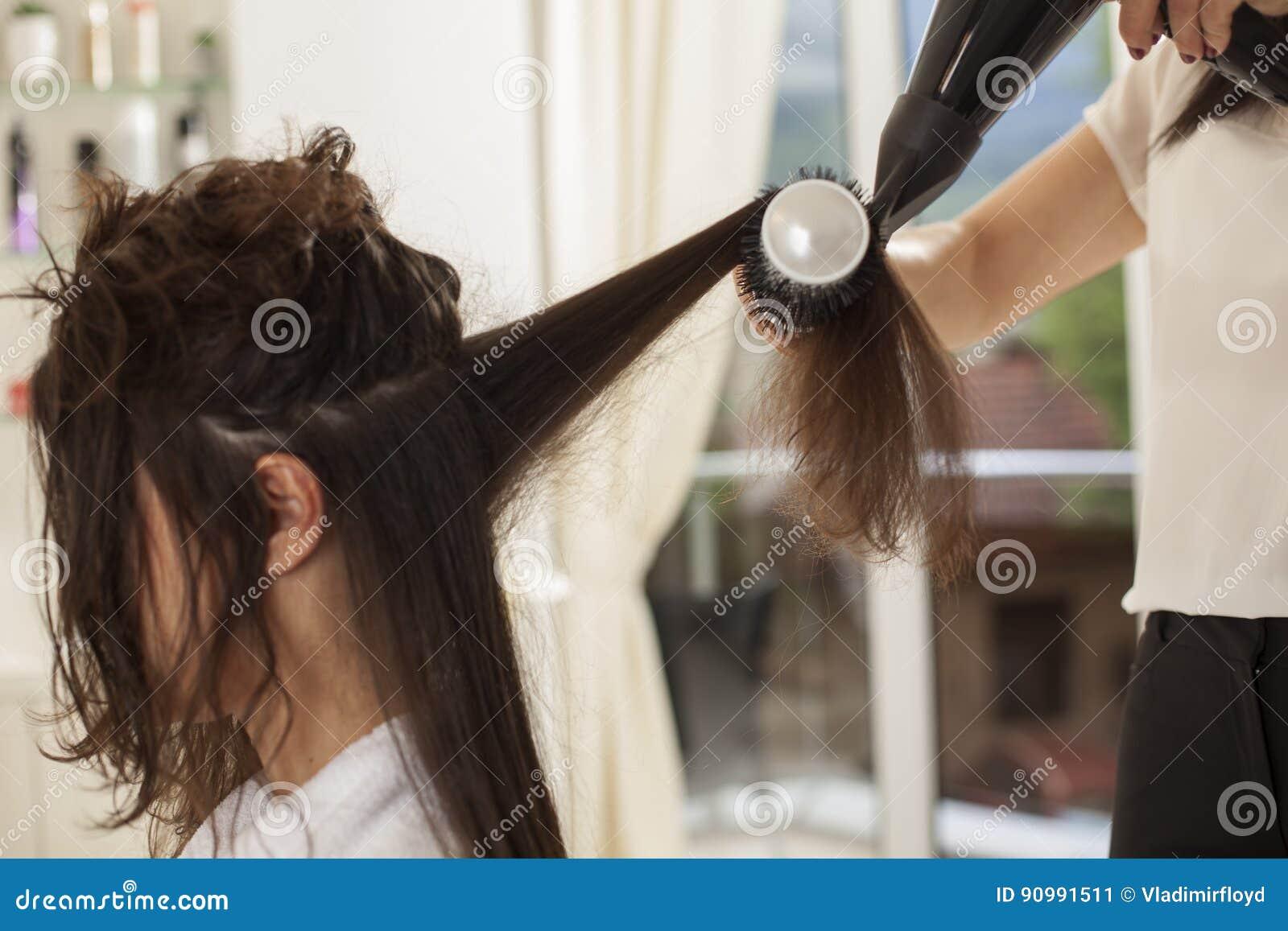 Femme dans un salon de coiffure