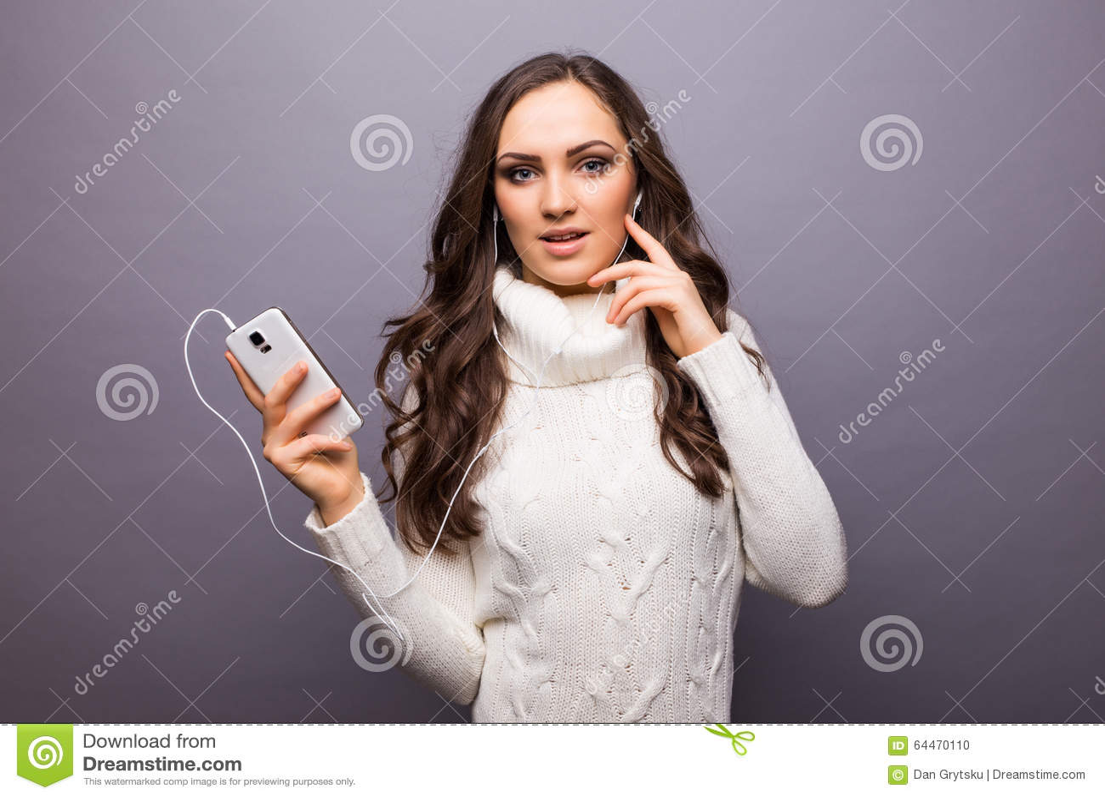 Femme dansant en musique écoutant le téléphone avec des écouteurs