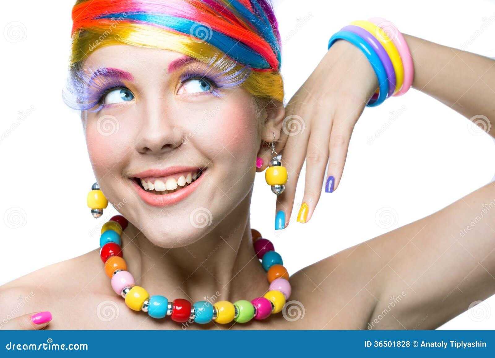 Femme de beauté avec le maquillage lumineux