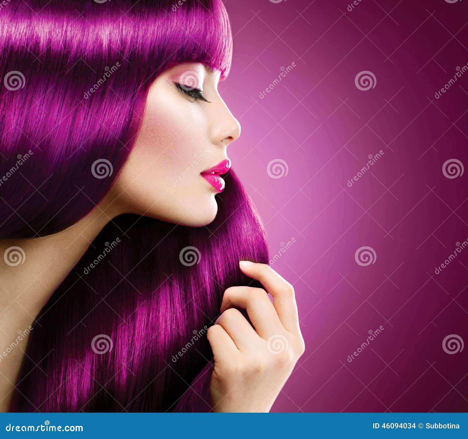 Femme de beauté avec les cheveux pourpres