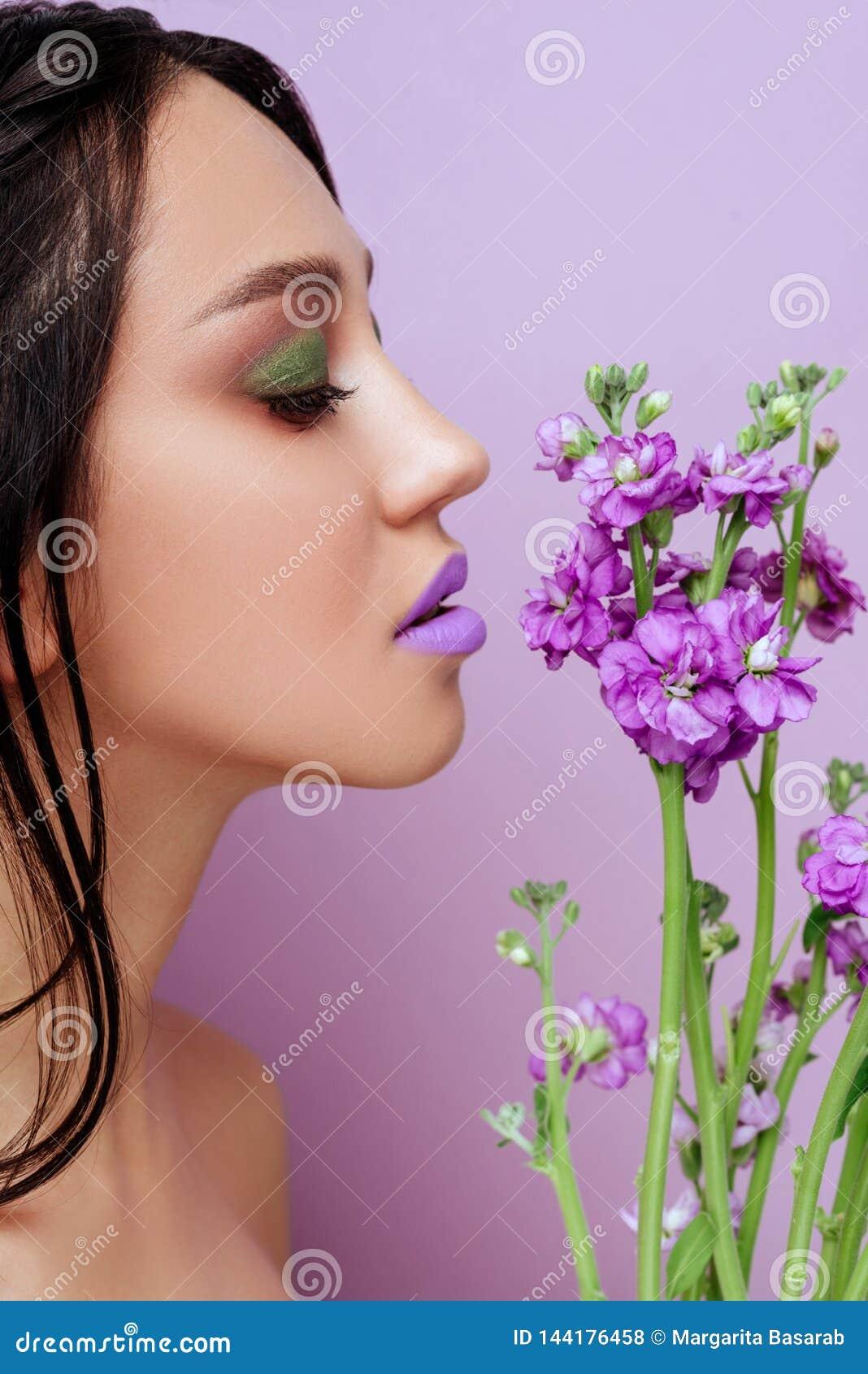 Femme de beauté avec les fleurs magenta d orchidée de couronne florale
