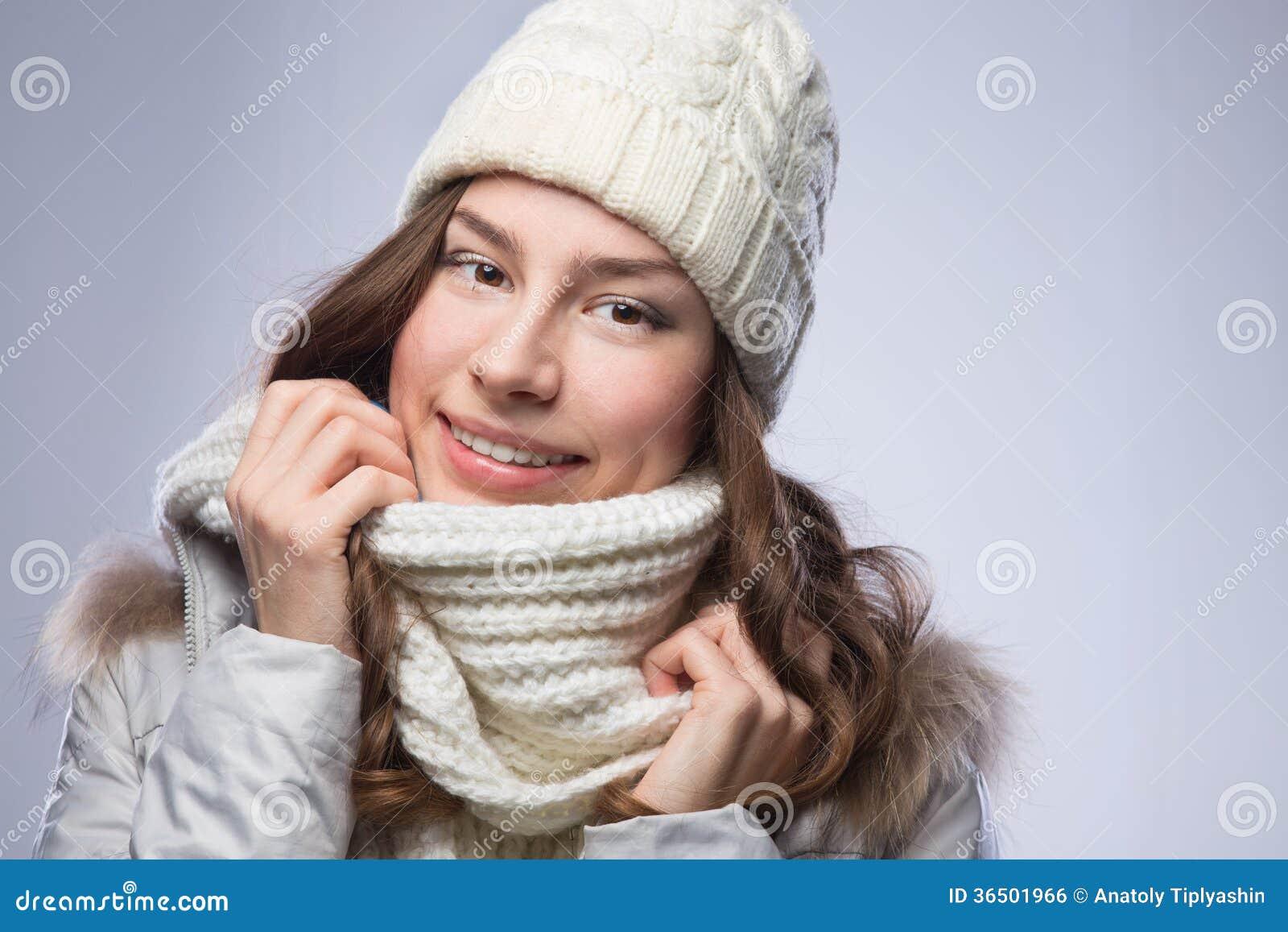 Femme de beauté dans l écharpe et le chapeau