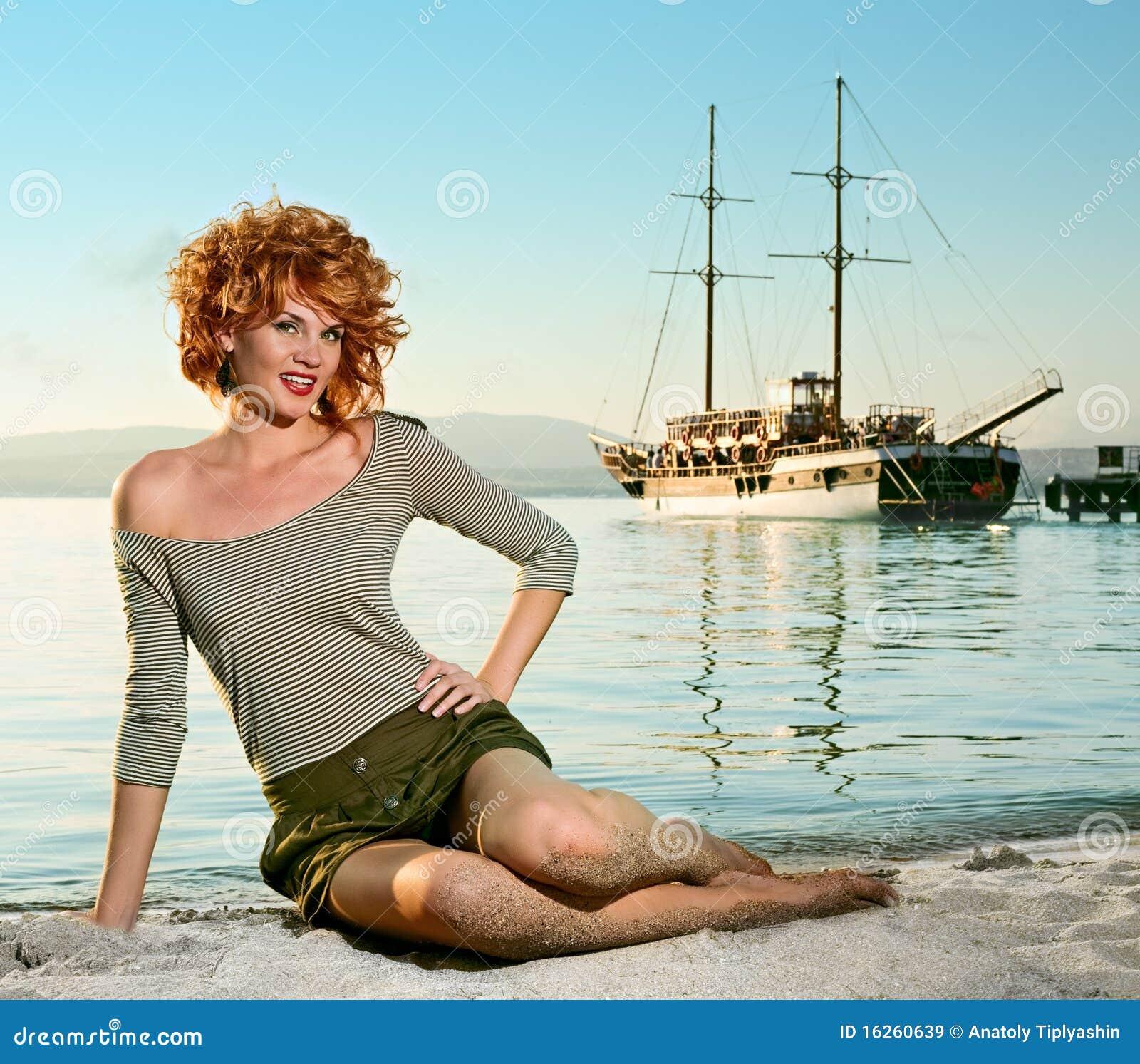 Femme de beauté sur la mer