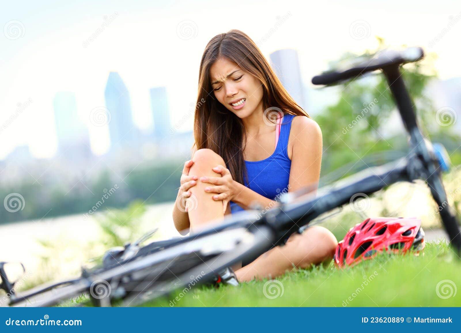 Femme de blessures de v lo de douleur de genou images for Douleur exterieur genou